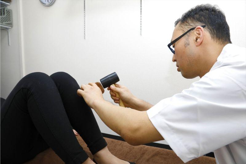 20代で膝が痛い人がいます(東大阪 整体 献身堂)